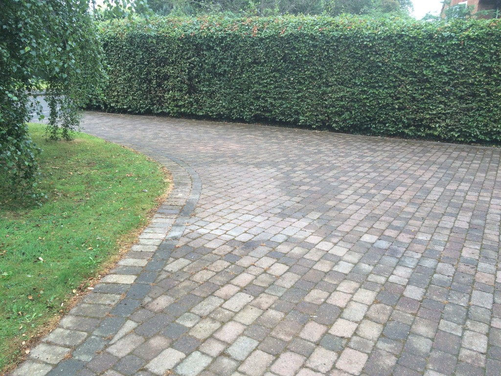 Driveway patio decking cleaning in herefordshire for Best way to clean driveway